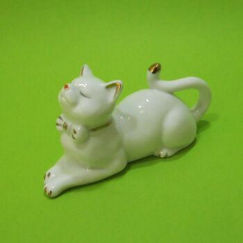 Porcelán fekvő cica